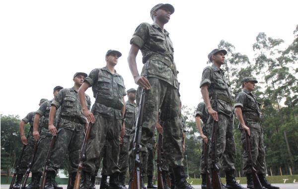 5e6acc1e6 Recebem instruções militares, têm aulas de civismo e cidadania, de  armamento, de primeiros socorros, ...