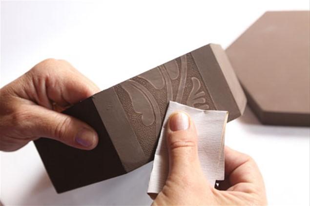 3 – Após a secagem da peça, lixe delicadamente para tirar as imperfeições da madeira