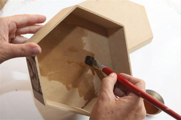 1 – Aplique uma demão de goma laca indiana na parte interna da tampa e da caixa