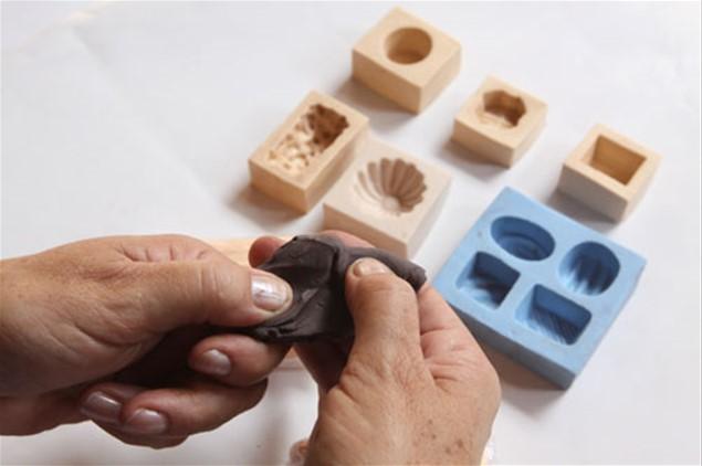 7 – Com a massa de biscuit e as forminhas, modele bombons de vários formatos e cores diferentes