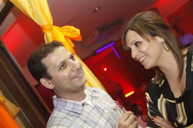 Luís e Erika Leal se divertem em meio à ambientação colorida