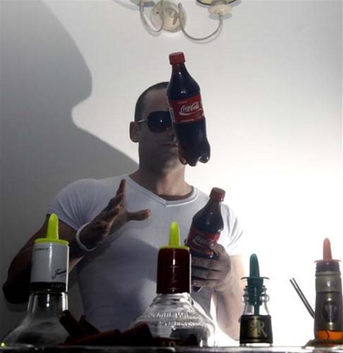O barman Douglas Nunes em show à parte