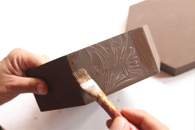2 – Na parte externa e na tampa da caixa, aplique duas demãos de tinta cor chocolate