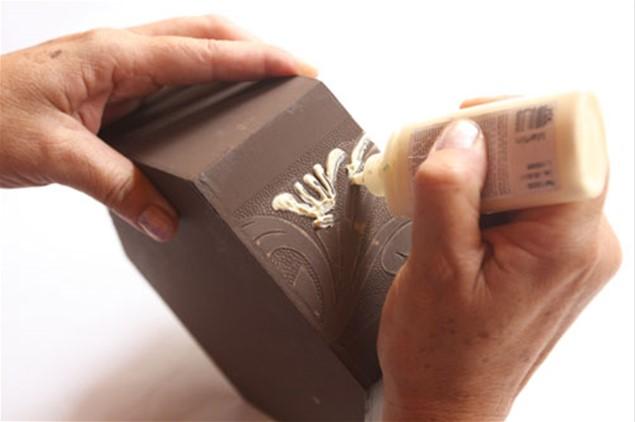 5 – Contorne com a tinta puff marfim somente as partes em relevo da peça